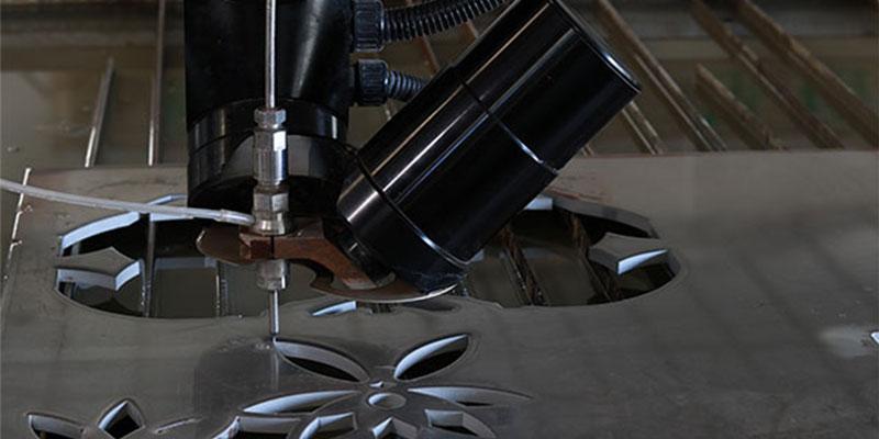 OAB 5-axis waterjet cutting head is cutting metal 2