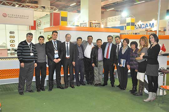 SAME employees took photos with customers at the exhibition 540*359
