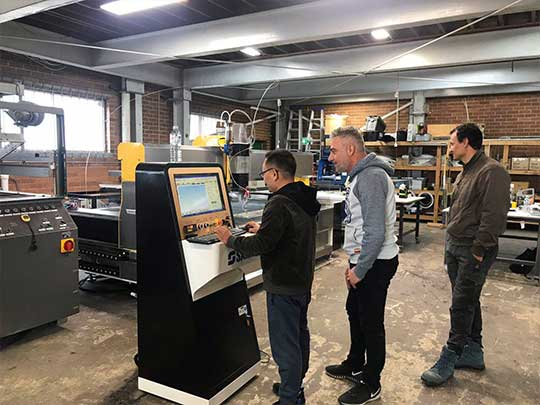 SAME company technicians are helping customers debug the waterjet system 540*405