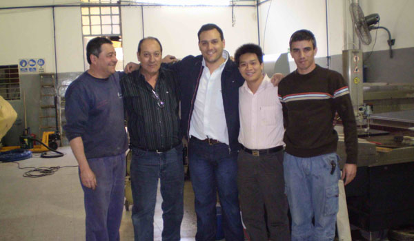 Group photo of the customer and the after-sales staff of SAME Waterjet