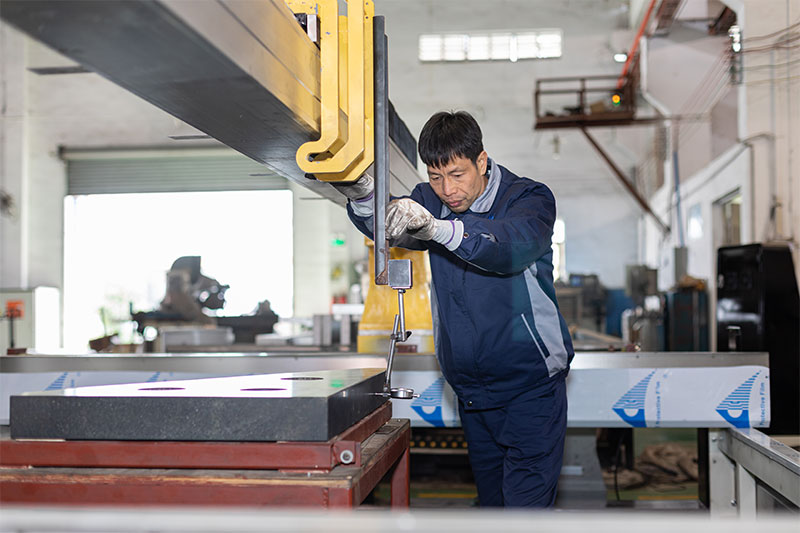 Le personnel de SAME ajuste l'acuité de la machine