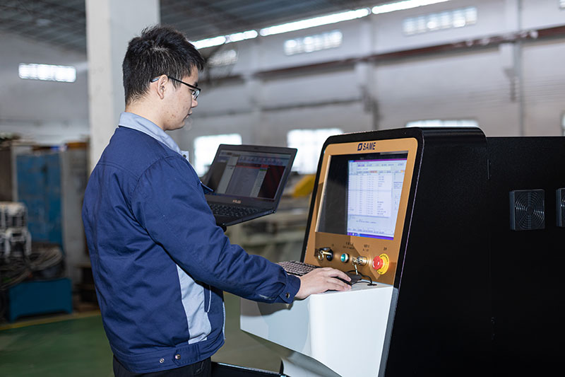 SAME waterjet technicians are debugging the control system(2)